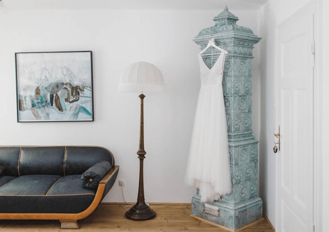 emotionale hochzeitsfotografie mit hochzeitskleid im vintagestil im wohnzimmer