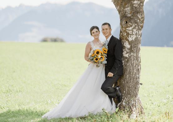 romantische hochzeitsfotografie mit brautpaar bei einer birke
