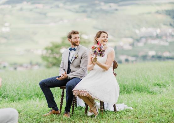 romantische hochzeitsfotografie mit brautpaar auf sommerlicher blumenwiese