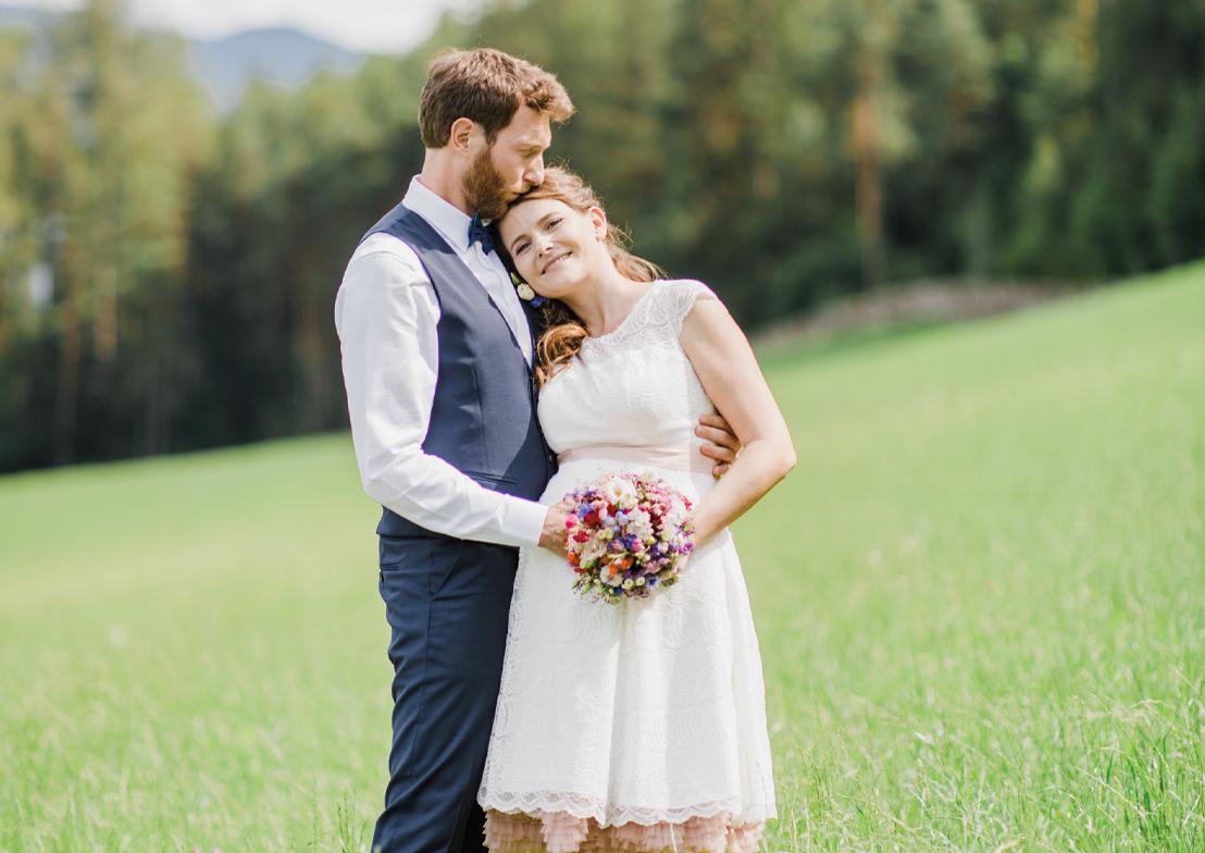 romantische hochzeitsfotografie mit brautpaar und kussszene