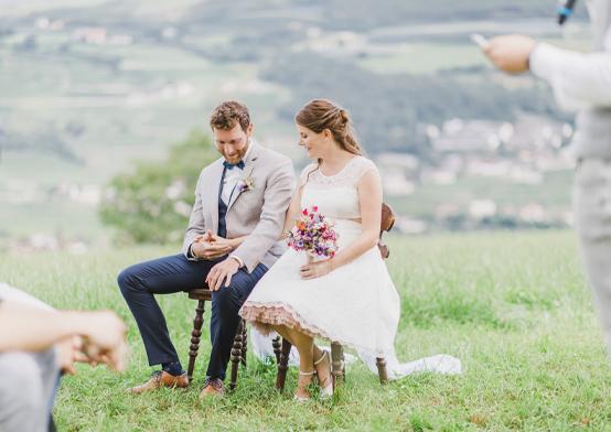 romantische hochzeitsfotografie mit braut und bräutigam auf wiese