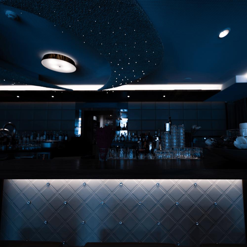 architekturfotografie luxuriöse hotelbar in südtirol
